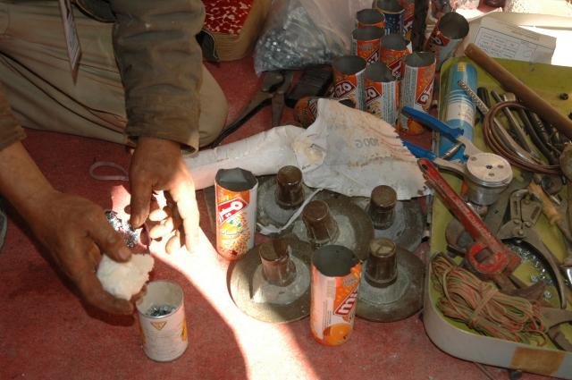 armurier frabriquant des grenades